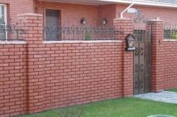 Дом с кирпичным забором