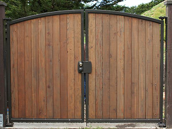 Ворота распашные с деревянной обшивкой.
