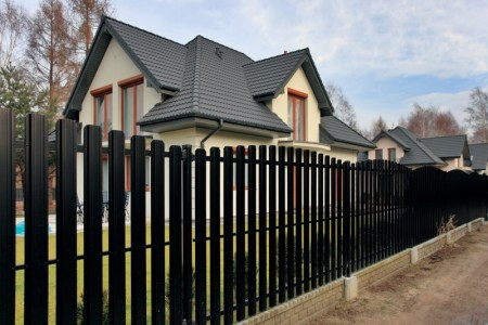 Дом и металлический забор