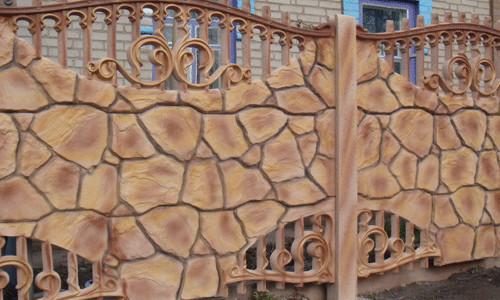 Покраска увеличивает срок службы бетонного забора и улучшает его внешний вид.