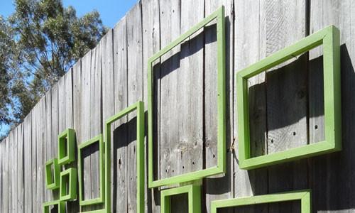 Обычный деревянный забор можно превратить в картинную галерею.