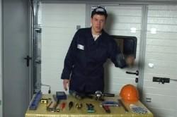 Инструменты для сборки металлического каркаса: сварочный аппарат, электроды и маска для сварочных работ, болгарки с дисками разных диаметров, дрель, рулетка и карандаш, саморезы.