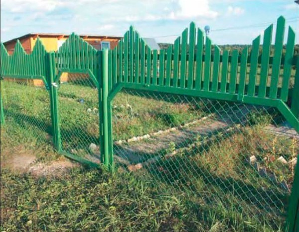Забор из сетки Рабицы и древесины