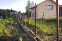 После того как доски будут готовы, делается разметка под столбы при помощи натянутого шнурка. Между столбами необходимо соблюдать расстояние в 3 м.
