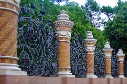 Роскошный кованый забор