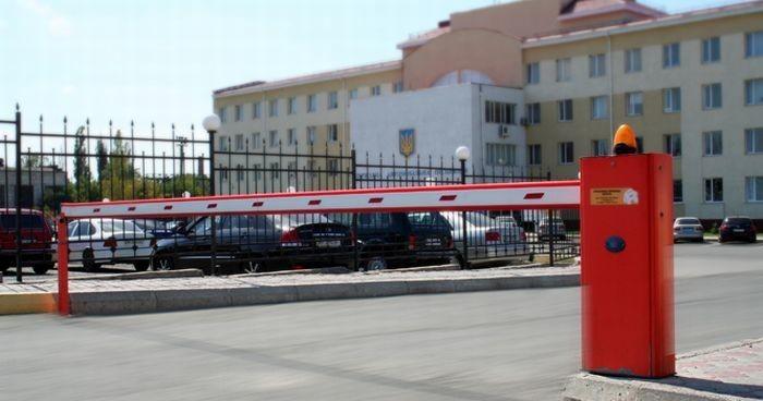 Часто шлагбаумы размещают на въездах и выездах организаций или охраняемых объектов, отдельных автомобильных стоянках или парковках больших торговых центров.