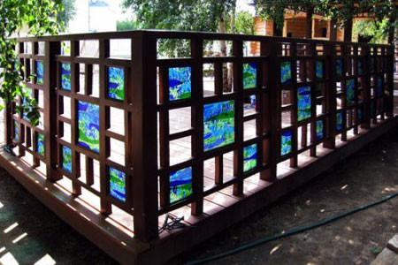 Витражные вставки украсят любой забор.