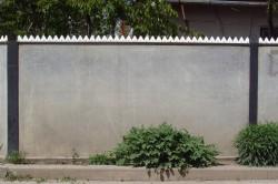 Ограждение двора забором из шифера