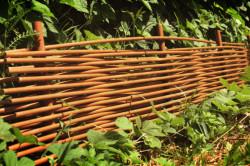 Забор для клумбы из тына