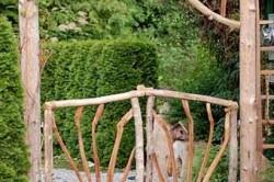 Используя подручные материалы, например,  ветки можно оригинально оформить калитку. При этом ширина калитки должна быть не уже 90 см.