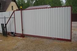 Основным элементом конструкции откатных ворот является балка, которая держит на себе всю тяжесть ворот, что говорит о том, что сделать ее нужно из прочного материала.