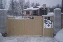 Для более рациональной и удобной эксплуатации рекомендуется использовать откатные ворота с калиткой.