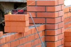 Кладка столбов осуществляется в полтора либо два кирпича, центр рекомендуется заливать бетоном, чтобы придать опорам прочность и устойчивость.