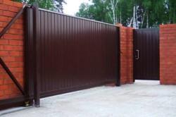 Откатные ворота могут иметь самый различный дизайн. Наиболее популярными моделями являются устройства из профнастила.