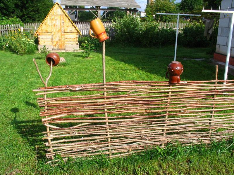 Плетеная изгородь на дачном участке