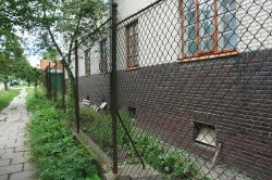 Возвести забор из сетки рабица – сравнительно дёшево, быстро и легко.
