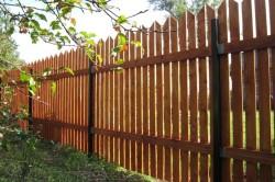 Не стоит забывать о том, что дерево требует постоянного ухода. Оно обладает небольшим сроком эксплуатации. Забор из него может почернеть, начать шелушиться.