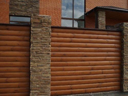 Декоративный забор, изготовленный из дерева, является экологически чистым, элегантным сооружением, которое способно придать загородному дому особый стиль и колорит.