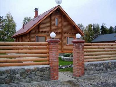 Дом с деревянным забором