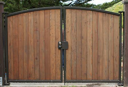 Деревянные ворота с каркасом из металлических труб.