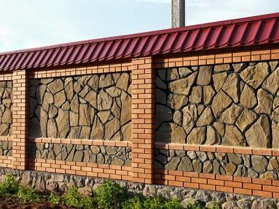 Массивный каменный забор