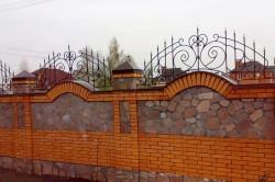 Кирпичный забор с металлическими элементами