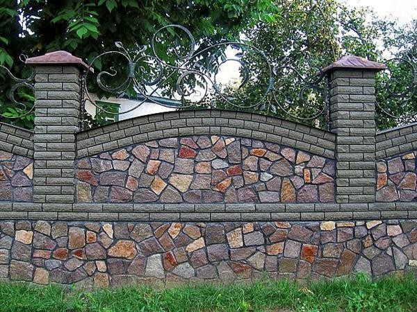 Пример забора из камня и кирпича