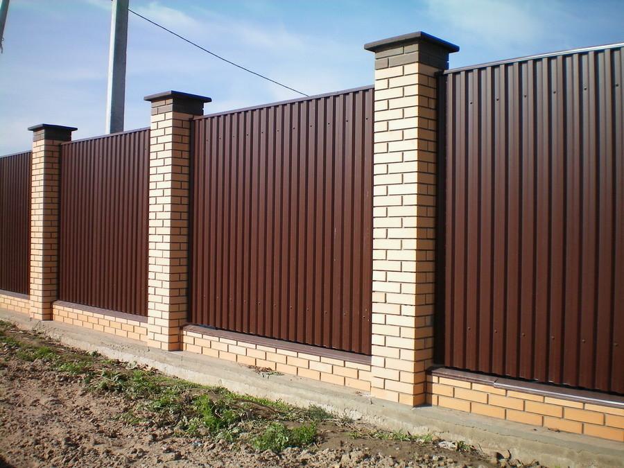 Сплошной забор из металла и кирпича