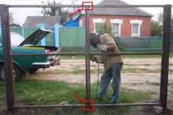 В результате такой сварки ворота не будут открываться пока не будет выполнено распиливание по середине лаг.