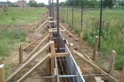 Траншея, подготовленная к заливке бетона с опалубкой и установленными трубами