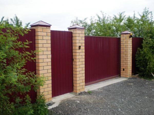 Забор из профнастила на даче