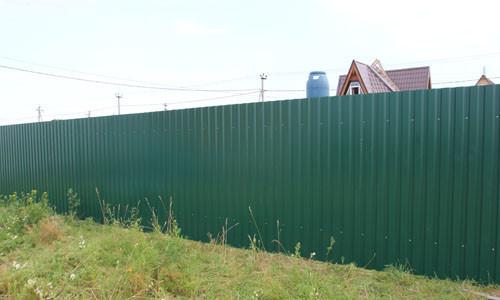 Забор из зеленого профилированного листа