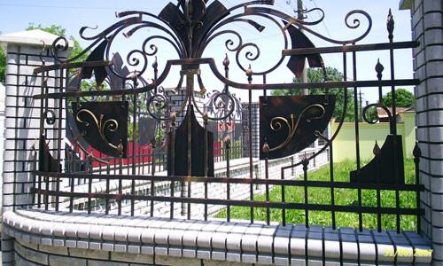 Забор с художественной ковкой