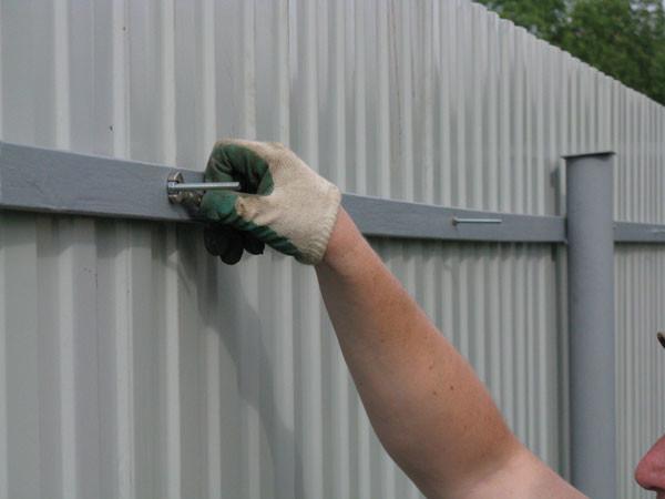 Как сделать забор профнастила своими руками фото