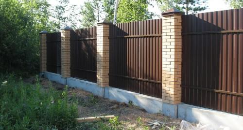 Забор из металлопрофиля со столбами из кирпича