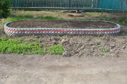 Забор для клумбы из покрышек