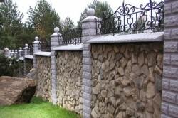 Забор из комбинации бетонного блока и камня с элементами ковки