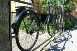 Велосипед целиком, почти без преобразований, можно сделать частью металлического забора или ворот. Его лишь нужно вварить в конструкцию, поставив прямо или под углом. Если вас смущают большие дырки в калитке, закройте их решеткой. Мимо такого ограждения никто не пройдет равнодушно.