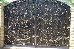 Кованые ворота - не только надежное средство ограничения доступа нежелательных посетителей, но и роскошный аксессуар частных владений, символизирующий благосостояние и вкус их владельца. По способу исполнения 3 вида: глухие, решетчатые, узорные.