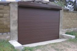 Удобная и недорогая конструкция подвесных ворот позволяет их использовать для перекрытия проёмов больших размеров.