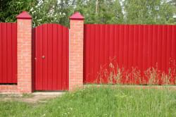 Забор можно украсить красивыми изображениями: природа, фото, орнаментная роспись забора и т.д.