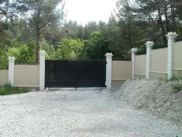 Оптимальный вариант для укрепления склона является возведение забора из камня. Обычно для изготовления этого забора берется известняк или песчаник. Помимо этого, ограждения для склонов делают из бетона, кирпича, бетонных плит.