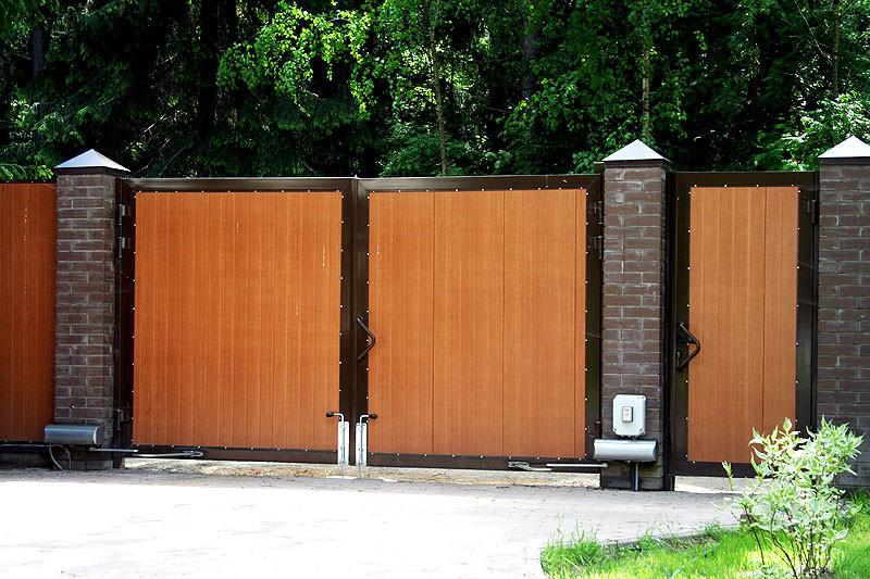 Ворота, отделанные деревом