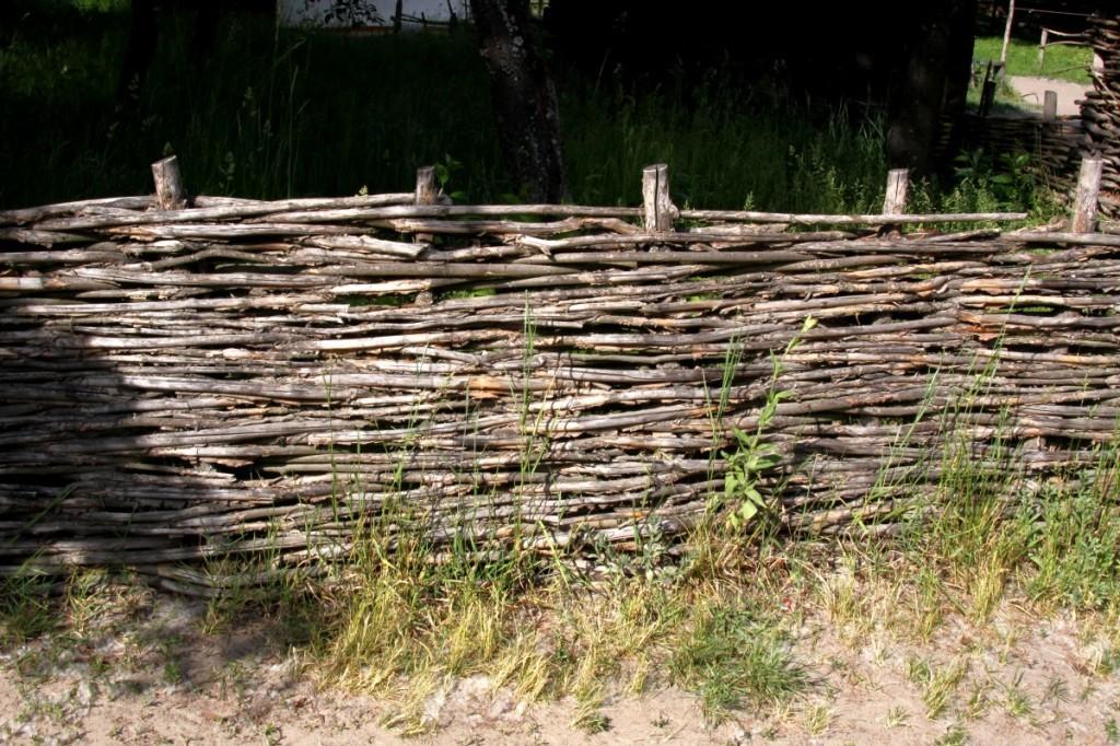 как сплести плетень на даче