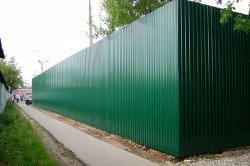 Заборы из профнастила – это практичная конструкция.