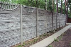 Глухой бетонный забор с элементами декоративности.