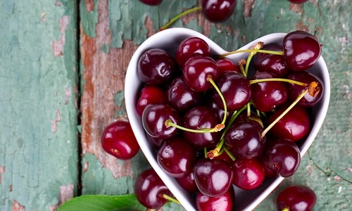Черешня - распространенная и полезная ягода, которая способна облегчить симптомы многих неприятных заболеваний, в том числе и панкреатита