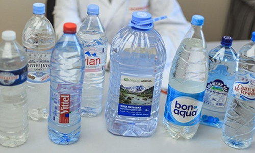 В микроскопических дозах в минеральной воде содержатся почти все химические элементы, в том числе железо, литий, фтор, мышьяк, молибден, марганец, йод, бром, кобальт и медь