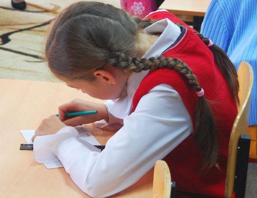 Кифоз у ребенка часто развивается в школьные годы из-за неправильной посадкой за школьной партой