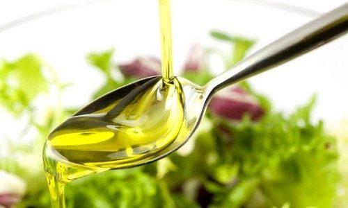Чтобы решить проблему поступления в организм жиров, которые жизненно необходимы в небольших количествах, рекомендуется использовать масла холодного отжима, добавляя по 1 ст. л. в супы или каши 1 раз в день